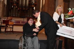 Adelheid-Preis 2014 - Dr. Lutz Trümper überreicht Sabine Kronfoth den Preis