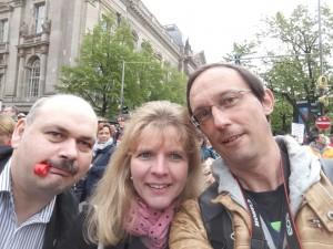 im Vordergrund Holger Haase (mit Trillerpfeife im Mund), Katrin Gensecke und Peter Marx auf der Demo in Berlin im Hintergrund der Reichstag und weitere Demonstranten