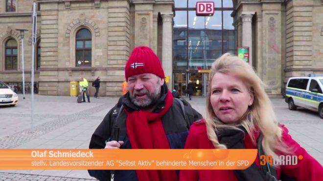 Olaf Schmiedeck und Katrin Gensecke stehen vor dem Magdeburger Hauptbahnhof und gegen ein Interwiev