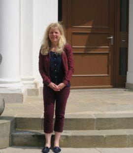 Katrin Gensecke steht vor der Eingangstüre des Landtages